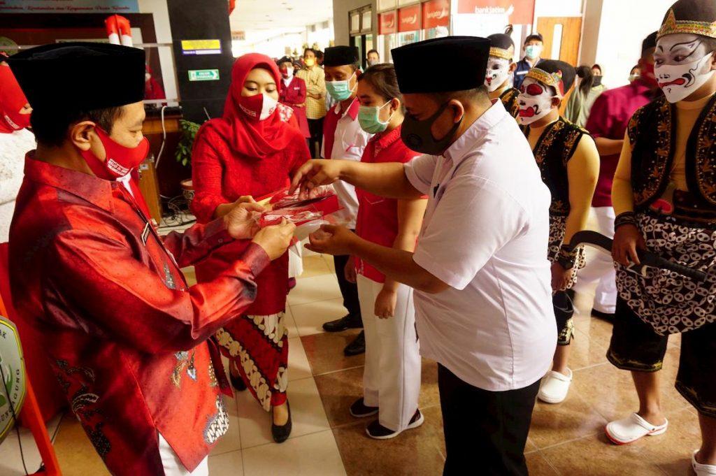 Direktur RSUD dr Iskak, dr. Supriyanto, Sp.B, M.Kes (kiri) simbolis menyerahkan masker bercorak merah putih ke perwakilan tenaga medis di RSUD dr. Iskak, Tulungagung, Jawa Timur, Selasa (18/8/2020). Civitas Hospitalia RSUD dr Iskak memanfaatkan momentum perayaan HUT ke-75 Kemerdekaan RI untuk mengkampanyekan penggunaan masker serta pemulihan psikologi masyarakat agar tidak takut berobat ke rumah sakit di era normalitas baru.